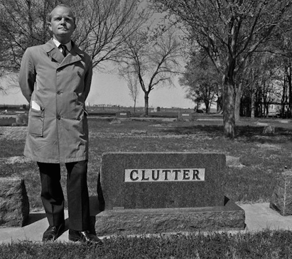 Truman Capote ved familien Clutters gravsted. Foto via Murderpedia.org